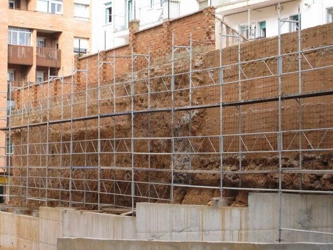 Tematización de muro con mortero en una comunidad de vecinos