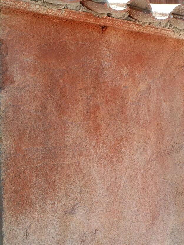 acabado rojizo en tematizacion muro viejo