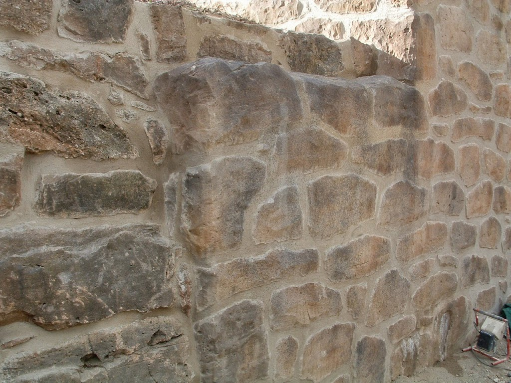 Muro decorativo jardín con mortero
