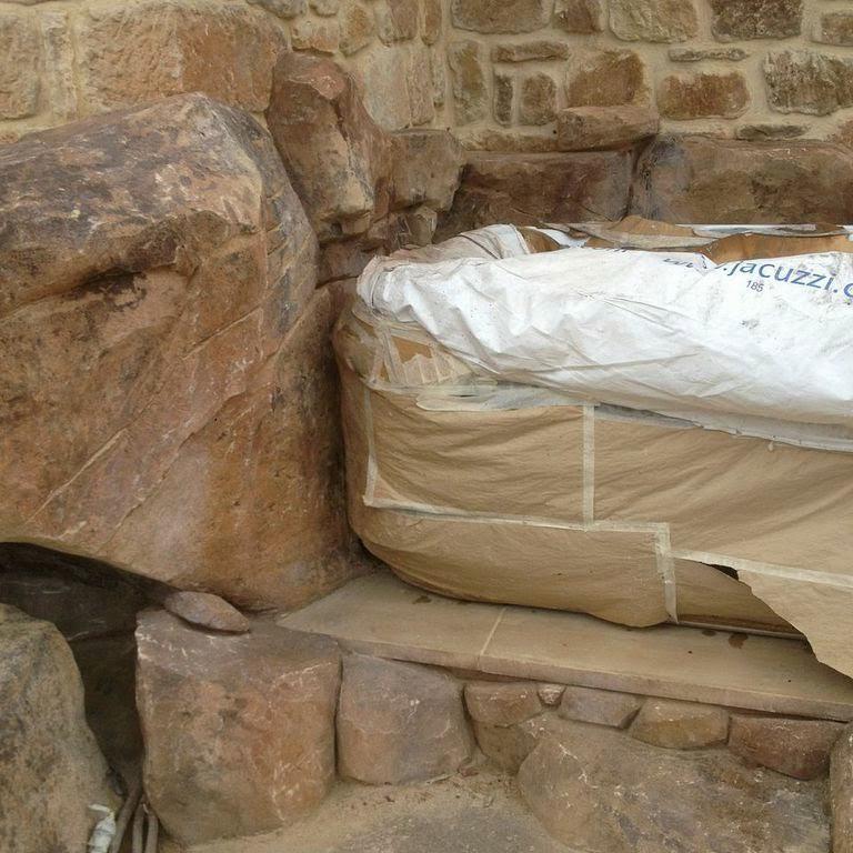 Rocas de piedra artificial para decoraci n en piscinas for Cascada artificial en pared