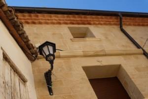 cubrecables realizado con el mismo tono a la fachada