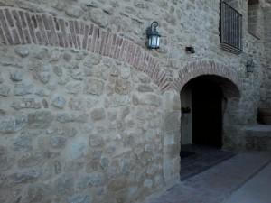 fachada principal con piedra y ladrillo
