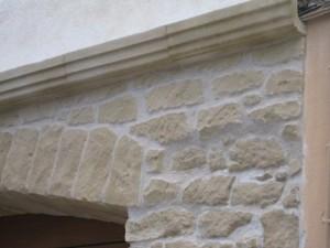 Cubrecables en fachada de piedra