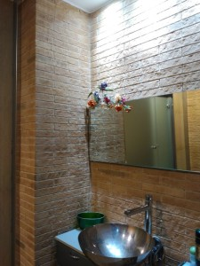 Paredes tematización ladrillo en baño